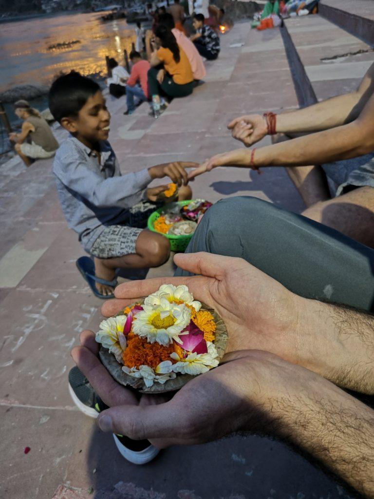 Fleurs pour une offrande au Gange à Rishikesh