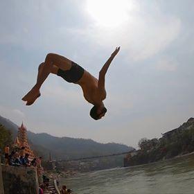 Manu fait un salto arrière dans le gange à Rishikesh